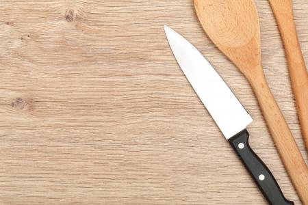 Ustensiles de cuisine sur la table en bois