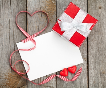 heart gift box: Blank valentines greeting card and small red gift box on wooden  Stock Photo