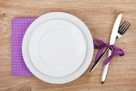 tovagliolo: Forcella con coltello, piatti vuoti e tovagliolo.