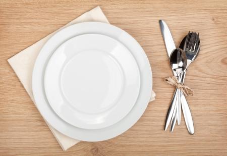空の皿や食器類木製テーブルの設定 写真素材