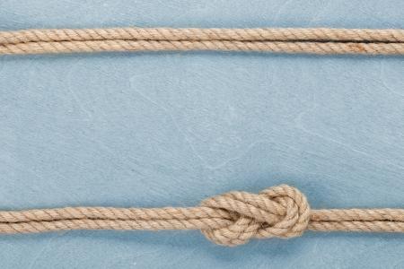 Schip touw knoop op blauwe houten textuur achtergrond Stockfoto