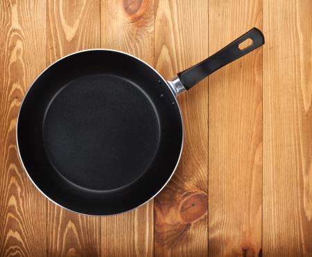 steel pan: Sartén en fondo de la tabla de madera. Ver desde arriba
