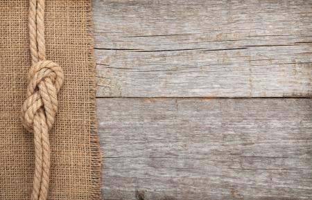 복사 공간 오래 된 나무와 삼베 질감 배경에 선박 로프 스톡 콘텐츠