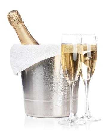 brindisi champagne: Bottiglia di Champagne in un secchio di ghiaccio e due bicchieri. Isolato su sfondo bianco Archivio Fotografico