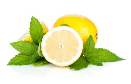 Drie rijpe citroenen en munt. Geïsoleerd op witte achtergrond