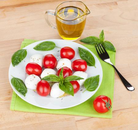plato de ensalada: Ensalada Caprese placa sobre la mesa de madera Foto de archivo