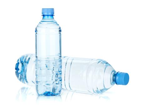 Twee flessen water. Geïsoleerd op witte achtergrond