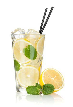 Glas limonade met citroen en munt. Geà ¯ soleerd op witte achtergrond