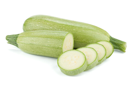 calabacin: Fresca en rodajas vegetal médula. Aislado sobre fondo blanco