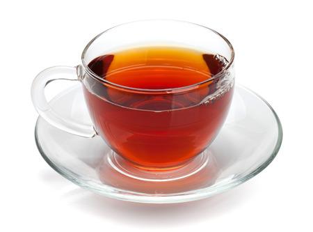 Schwarzer Tee im Glas. Isoliert auf weißem Hintergrund Standard-Bild