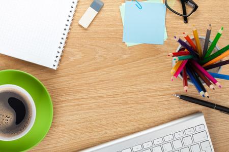 papeteria: Stół biurowy z kubkiem kawy, materiałów i przestrzeni kopii