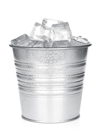 Cubo con hielo. Aislado en el fondo blanco Foto de archivo