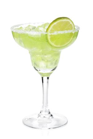 라임 슬라이스와 짠 가장자리 클래식 마가리타 칵테일. 흰색 배경에 고립