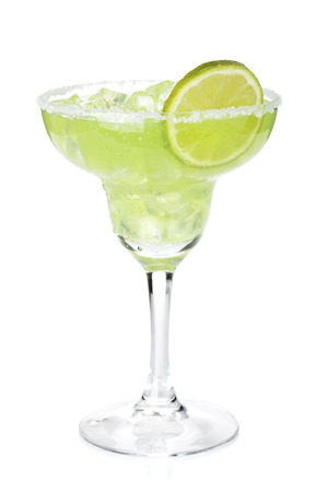 margarita cóctel: Cóctel margarita clásico con rodaja de limón y borde salado. Aislado en el fondo blanco
