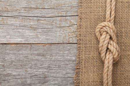 mare agitato: Corda della nave sulla vecchia texture di sfondo in legno con lo spazio della copia Archivio Fotografico