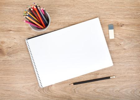 白紙の紙とカラフルな鉛筆の木製のテーブルの上からの眺め 写真素材