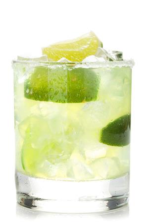 Klassische Margarita Cocktail mit salzigen Rand. Isoliert auf weißem Hintergrund Standard-Bild