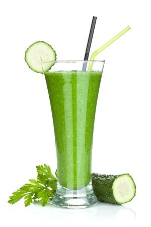 vaso de jugo: Smoothie vegetal verde con pepino y hierbas. Aislado en el fondo blanco