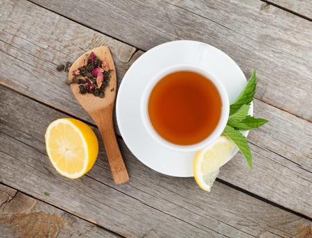 taza de t�: T� verde con lim�n y menta en la mesa de madera. Ver desde arriba