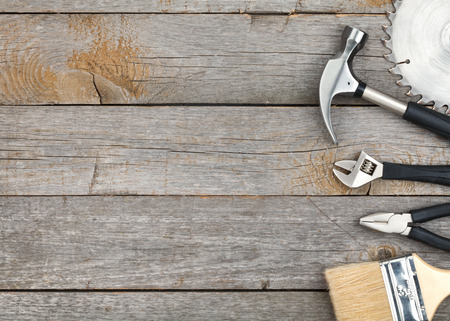herramientas de carpinteria: Conjunto de herramientas en el fondo del panel de madera con copia espacio Foto de archivo