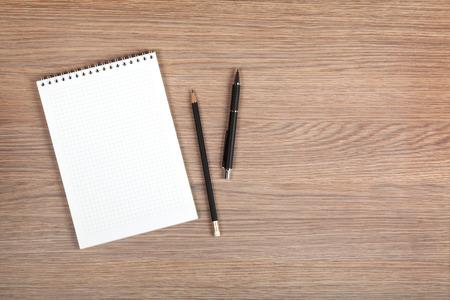 pera: Prázdný poznámkový blok s perem a tužkou na kancelářský dřevěný stůl Reklamní fotografie