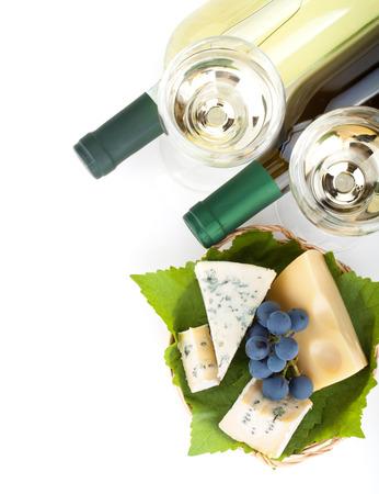 tabla de quesos: Vino blanco, queso y uvas. Closeup. Vista desde arriba. Aislado sobre fondo blanco Foto de archivo