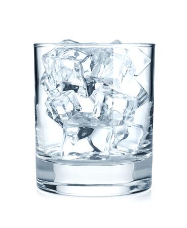 Glas met ijsblokjes. Geïsoleerd op witte achtergrond Stockfoto