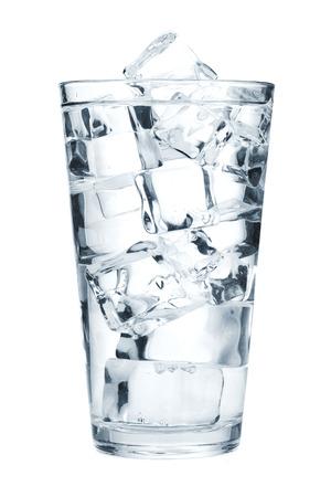 アイス キューブと純粋な水のガラス。白い背景に分離