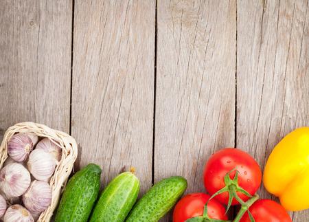 Légumes fraîches et mûres sur la table en bois avec copie espace Banque d'images - 30808080