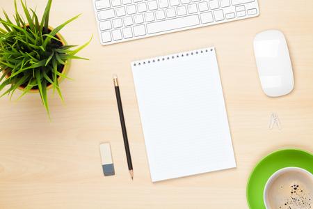 Vector de la oficina con la libreta, la computadora, la taza de café y flor. Vista desde arriba, con copia espacio Foto de archivo - 30976739