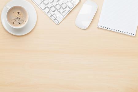 tabulka: Kancelářský stůl s poznámkový blok, počítač a šálek kávy. Pohled shora s kopií vesmíru