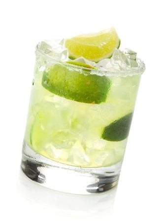 coctel margarita: Cóctel margarita clásico con borde salado. Aislado en el fondo blanco