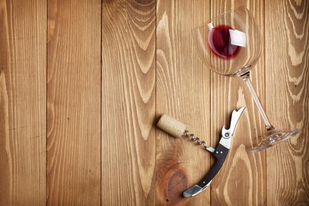 copa de vino: Vaso de vino rojo, corcho del sacacorchos y del vino en el fondo mesa de madera con espacio de copia Foto de archivo