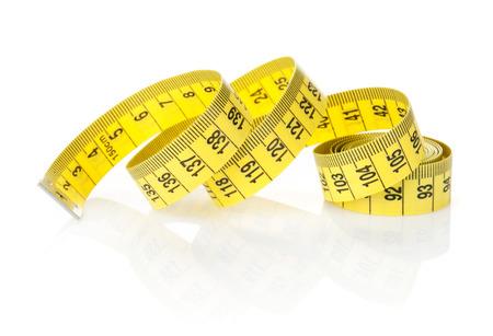 metro de medir: Cinta métrica amarilla. Aislado en el fondo blanco Foto de archivo