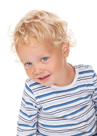 ojos azules: El pelo rizado negro y los ojos del bebé azul. Aislado en el fondo blanco
