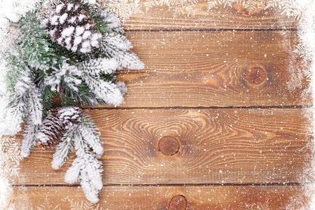december: Textura de madera vieja con la nieve y el fondo de la Navidad abeto Foto de archivo