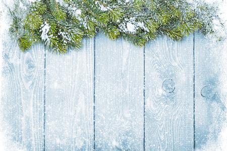 雪と firtree クリスマスの背景を持つ古いウッド テクスチャ