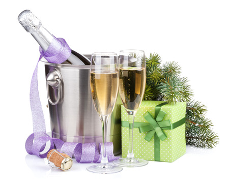 Kerstmis champagne met wekker in emmer en geschenkdoos.