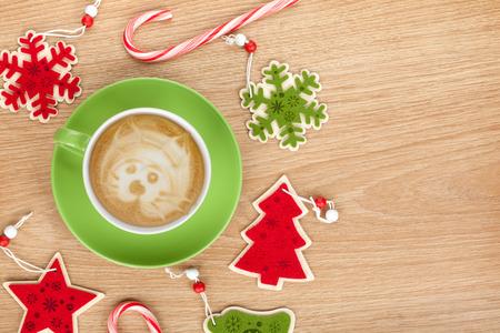 arbol de cafe: Decoraci�n de Navidad y la taza de caf� sobre fondo de la tabla de madera con espacio de copia