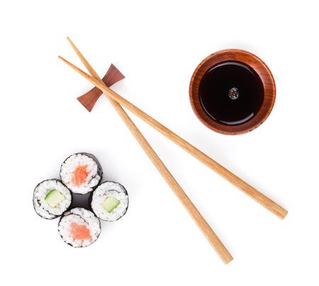 寿司セット、箸、醤油。白い背景に分離