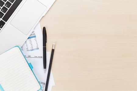 kalender: Office-Tisch mit Computer und Zubehör. Blick von oben mit Kopie Raum