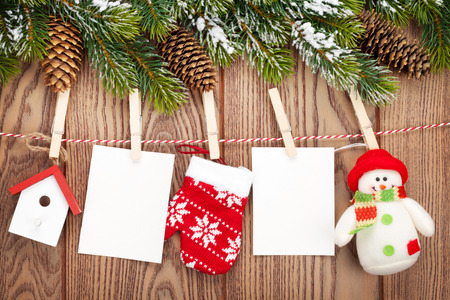 雪の fir 木、フォト フレーム、コピー領域と素朴な木製ボード上ロープ上のクリスマスの装飾 写真素材