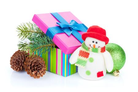 Kerst geschenkdoos, decor en sneeuwpop speelgoed. Geïsoleerd op witte achtergrond
