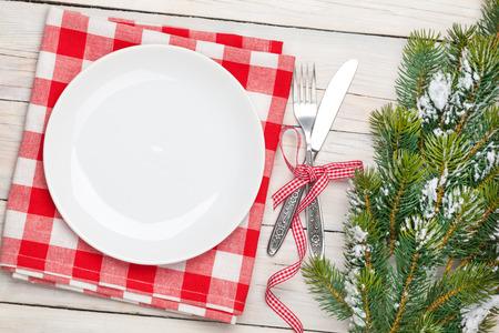 trompo de madera: Plato vac�o, cubiertos y �rboles de Navidad. Vista desde arriba sobre blanco de madera fondo de la tabla