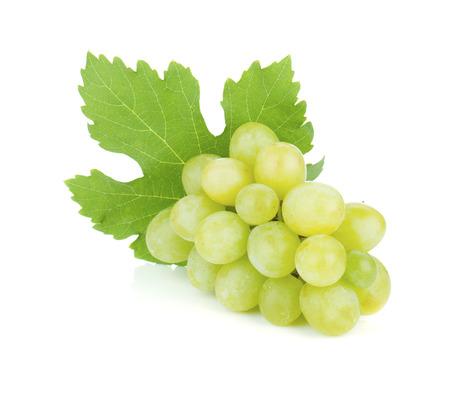 uvas: Las uvas frescas maduras. Aislado sobre fondo blanco