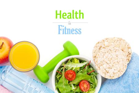 salud y deporte: Dumbells, cinta m�trica, la comida y toallas saludable. Fitness y salud. Aislado en el fondo blanco