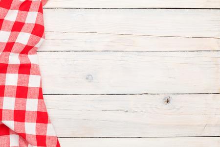 cocinando: Toalla roja sobre la mesa de la cocina de madera. Vista desde arriba, con copia espacio