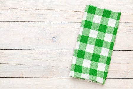 木製キッチン テーブルの上の緑のタオル。コピー スペースを上から表示します。