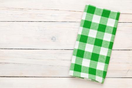 Toalla verde sobre la mesa de la cocina de madera. Vista desde arriba, con copia espacio Foto de archivo - 34356800