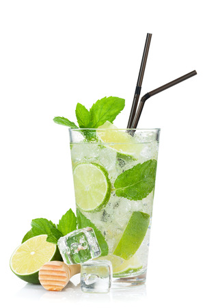 Verse mojito cocktail. Geïsoleerd op witte achtergrond Stockfoto